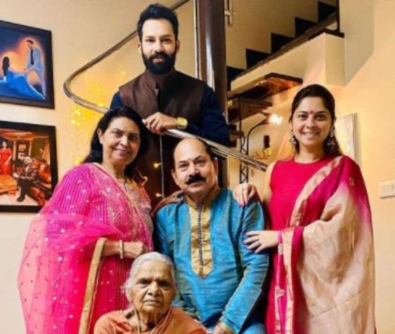 actress sonalee kulkarni family photo