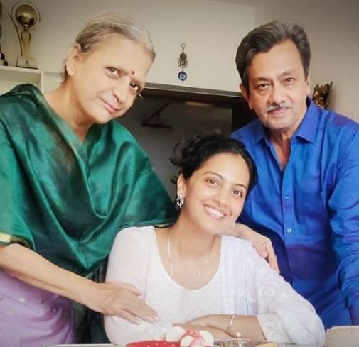 tejashri pradhan family